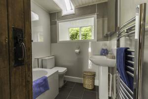 Carna cottage bathroom